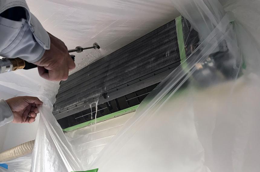 熱交換器・シロッコファン内部を洗浄していきます(専用洗浄液で洗浄後、専用中和剤で洗い流していきます)。